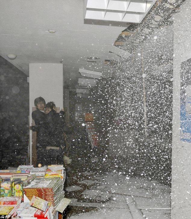 Người dân hoảng loạn trước trận động đất ở Sendai. Ảnh: DM