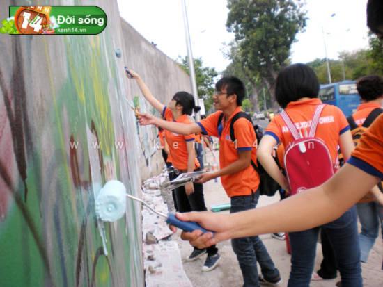 """Nhóm teen Sài Gòn đi """"tân trang""""... đường phố"""