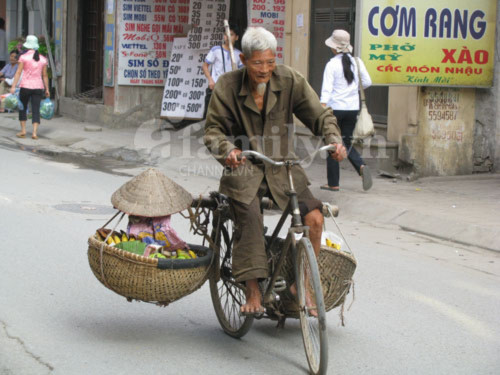 Những thân già cơ cực mưu sinh giữa Thủ đô - Tin180.com (Ảnh 1)