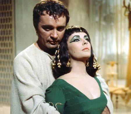 Richard Burton và Elizabeth Taylor trong phim Cleopatra