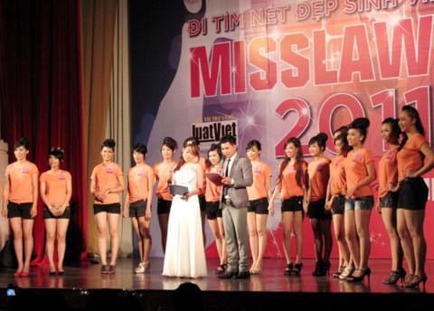 Các thí sinh ra mắt khán giả bằng tiết mục đồng điễn trong trang phục thể thao năng động