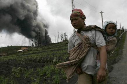 Núi lửa Indonesia phun trào vài giờ sau động đất Nhật Bản