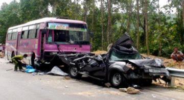 Ôtô 7 chỗ bị đâm bẹp nát, 2 người chết