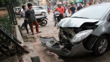 Ôtô mất lái tông vào khách thăm Văn Miếu