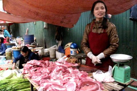Giá thực phẩm tươi sống đang tăng mạnh ngay cả tại chợ tạm, chợ cóc. Chị Hằng bán thịt tại chợ Năm Tầng (Từ Liêm, Hà Nội) cho hay, trong hai ngày, thịt đã nhích thêm 10.000 đồng mỗi kg. Ảnh: Tuệ Minh