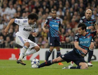 Marcelo đi bóng qua Lovren, phá thế quân bình và tạo cảm hứng cho hai bàn tiếp theo của Benzema và Di Maria.