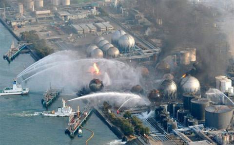Chữa cháy tại một nhà máy lọc dầu. Ảnh: