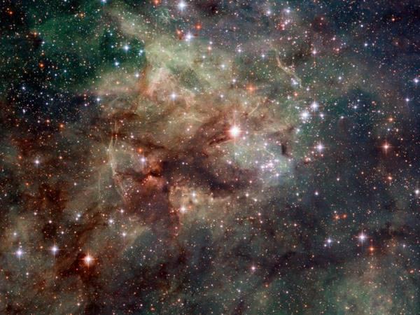 Kính viễn vọng vũ trụ Hubble của Cơ quan vũ trụ Mỹ (NASA) đã ghi lại cận cảnh hình ảnh của tinh vân Tarantula. Những ngôi sao sáng kết hợp với khí hyđrô bị ion hóa màu đỏ trông vô cùng ấn tượng.