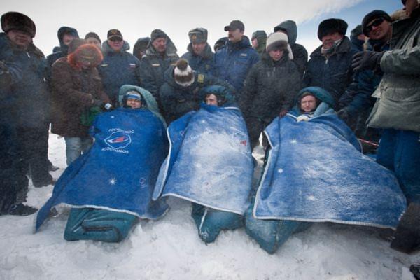 Hình ảnh ba nhà du hành trên khoang tàu vũ trụ Soyuz của Nga trở về Trái đất an toàn tại thị trấn Arkalyk, Kazakhstan vào ngày 16/3 vừa qua, sau khi hoàn thành sứ mệnh gần 6 tháng trên Trạm không gian quốc tế (ISS).
