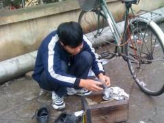Xây nhà lầu bằng tiền đi… đánh giày