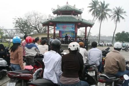 Xem ban nhạc Kèn đường phố biểu diễn bên sông Hương