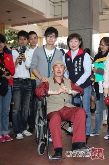 Lâm Chí Dĩnh và bố khi ông nhập viện hồi năm ngoái.