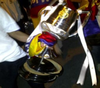 Cận cảnh chiếc Cup bị vỡ của Real