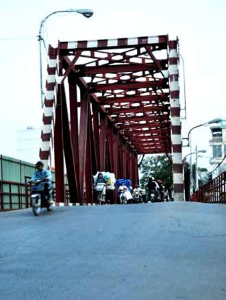 Hàng ngày lưu lượng giao thông qua Cầu Đỏ cực lớn và hiện đường dẫn lên cầu bị nhiều vết nứt.