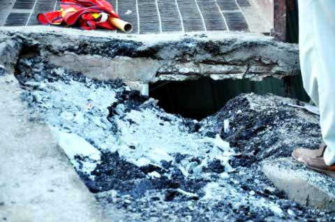 Phần đường lên cầu bị sụp hở lòi cả lõi thép.