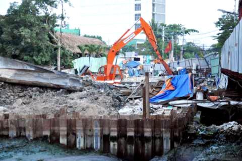 Việc thi công xây dựng Cầu Đỏ mới nằm ngay bên cạnh được cho rằng là nguyên nhân chủ yếu gây nên hiện tượng này.