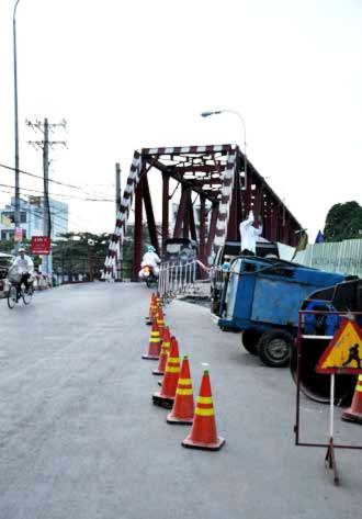 Hiện đơn vị xây dựng Cầu Đỏ mới sẽ tiến hành đo đạc, sửa chữa nhằm thông xe trở lại.