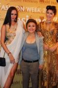 Chân dài 16 tuổi Huỳnh Tiên so dáng cùng mẫu Tây