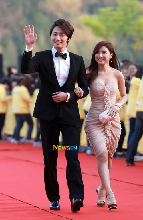 """""""Cháo"""" Kim So Eun gợi cảm bên mỹ nam Jung II Woo"""