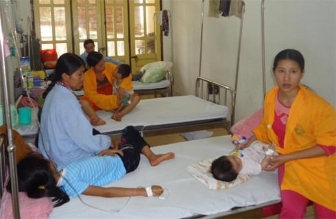Các giường bệnh thường có đến 2-3 trẻ nằm điều trị tại Bệnh viện Nhi Nghệ An. Ảnh: Nguyên Khoa.