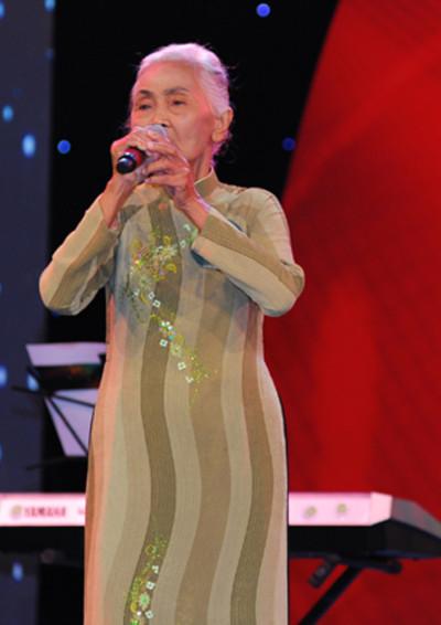 Ở tuổi 74, cụ Lê Thị Nhung thể hiện chất giọng truyền cảm trên sân khấu cuộc thi 'Tiếng hát mãi xanh'. Ảnh: Nguyễn Bá Ngọc.