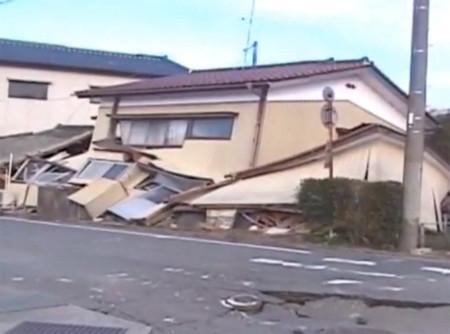 Một ngôi nhà sập sau trận động đất sáng nay tại Nhật Bản. Ảnh: CNN.