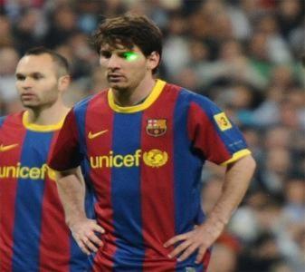 Guardiola và Messi trở thành nạn nhân của đèn laser