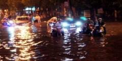Hàng loạt xe kẹt trong 'biển nước' sau mưa lớn