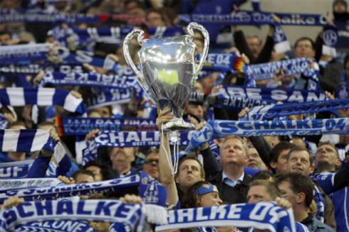 Chiếc Cup giả màu bạc là hiện thân cho giấc mơ của các fan Schalke về hành trình kỳ diệu của đội bóng tại Champions League mùa này.