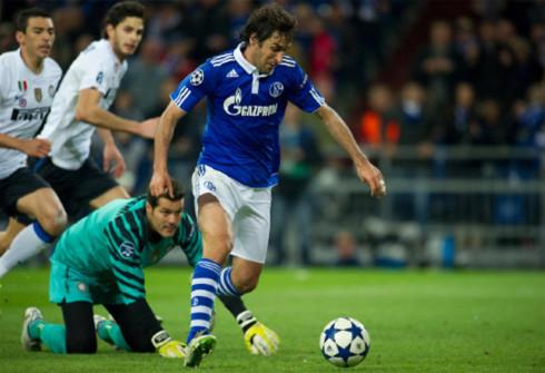 Kinh nghiệm và chất quái của Raul (áo xanh) là nhân tố đem lại sự khác biệt quan trọng cho Schalke ở lượt về. Ảnh: AFP.