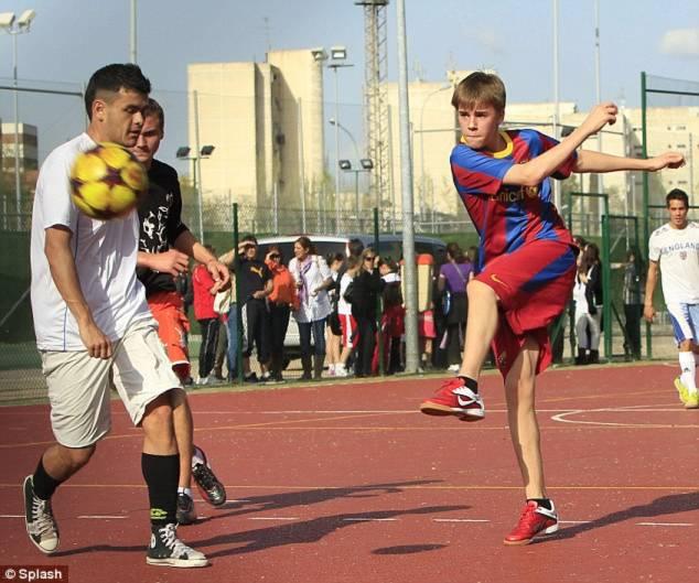 Justin Bieber trổ tài chơi bóng đá
