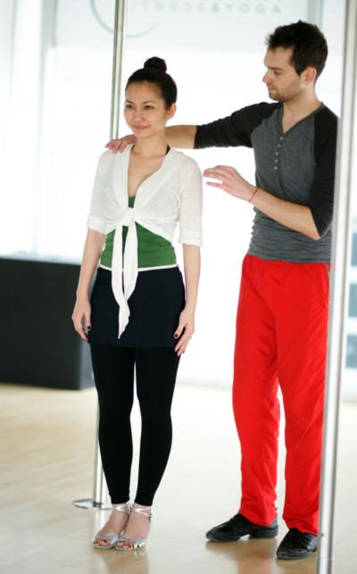 Cô cùng người thầy nước ngoài tập dượt những động tác và vũ điệu cần thiết để bước vào cuộc thi.