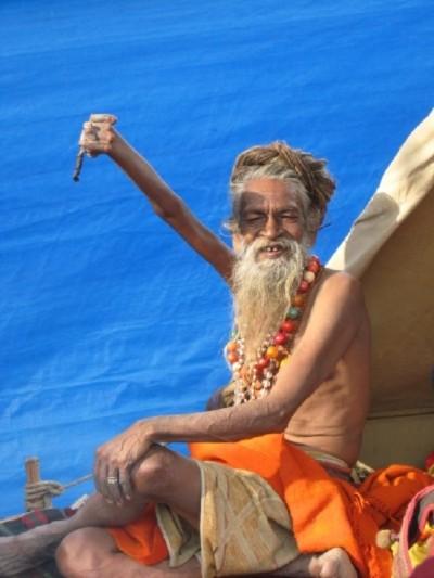 Kỳ lạ người đàn ông giơ cánh tay lên trời suốt 38 năm