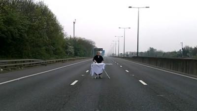 Là quần áo giữa đường cao tốc