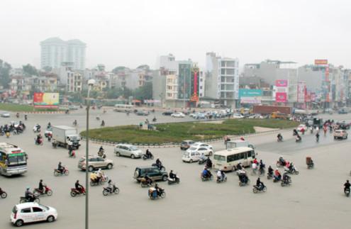 Trước tình trạng, bùng binh quá rộng, các xe liên tục giành đường, gây ùn tắc giao thông và tai nạn, Sở Giao thông Vận tải Hà Nội đã đặt một vòng xuyến hình bầu dục theo hướng đường Nguyễn Trãi.