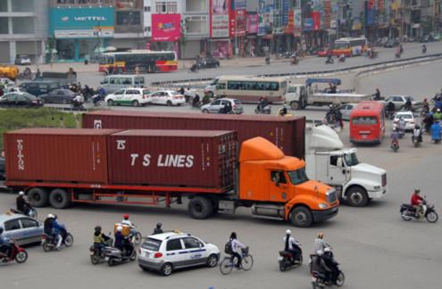 Tuy nhiên, trao đổi với VnExpress.net, những cảnh sát giao thông đứng chốt tại đây cho hay, phương án phân luồng này càng làm giao thông ùn tắc.