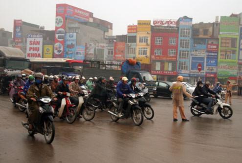 4-5 cảnh sát của Đội CSGT số 7 luôn bận rộn đứng điều tiết giao thông.