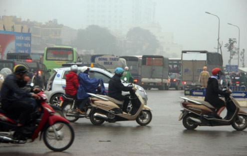 Hơn nữa, các phương tiện không chịu nhường nhau nên càng khiến ùn tắc nặng.