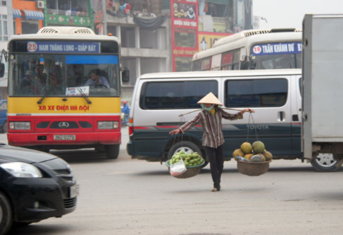 Dù có hầm bộ hành nhưng người đi bộ vẫn lao xuống lòng đường tham gia giao thông cùng xe buýt, xe tải.