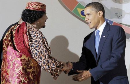 Tổng thống Mỹ Barack Obama bắt tay đại tá Gadhafi. Ảnh: AFP