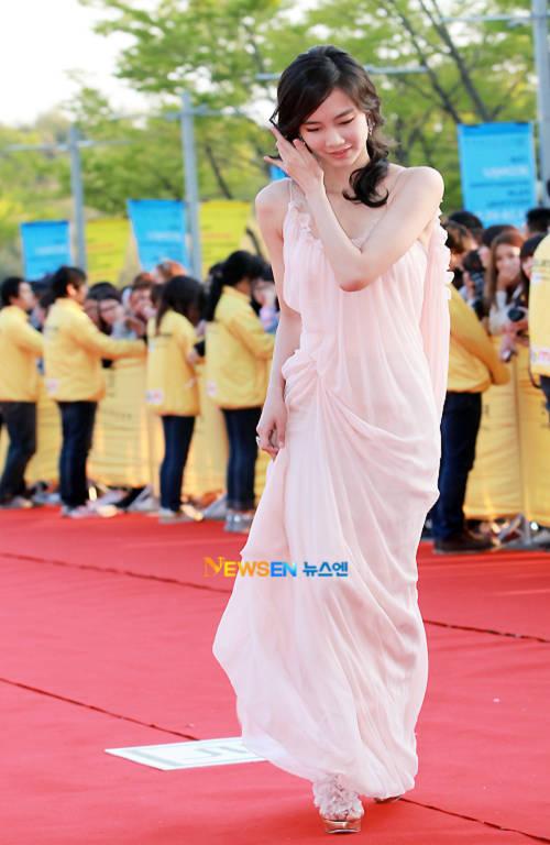 Shin Hyun Bin cũng rất ưa chuộng gam màu