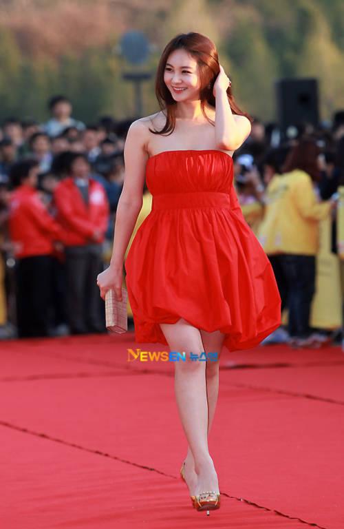 Son Eun Seo kiêu sa và rực rỡ như một đóa hồng nhung.
