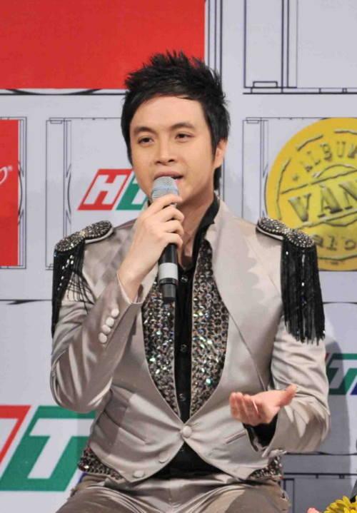 """Lọt vào top 5 album trong tháng với DVD """"Giác quan thứ sáu"""", Nhật Tinh Anh được đánh giá ngày càng tiến bộ trong giọng hát và có sự đầu tư kỹ lưỡng về mặt hòa âm, phối khí, thiết kế album. Trong đêm diễn, Nhật Tinh Anh thể hiện sự đa dạng trong phong cách với hai ca khúc, một sâu lắng, một sôi động gồm """"Sau tình yêu"""" được remix và """"Đứng một mình""""."""