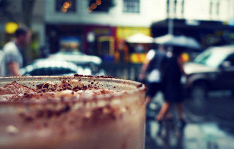 Đó là tách café ở một quán ven đường mà tôi vẫn thường ngồi, rồi lặng lẽ nhìn ngắm phố xá và dòng người qua lại…