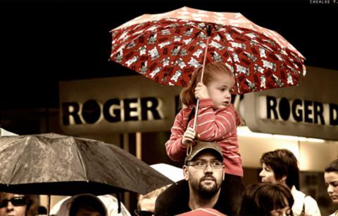 Để cùng sẻ chia chiếc dù nhỏ…