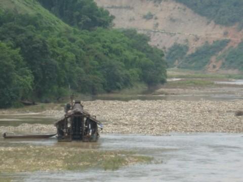 Nhiều nơi ở huyện Tương Dương đang diễn ra hoạt động khai thác vàng trái phép. Ảnh: N.K.