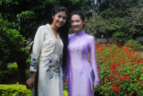 Ngọc Hân gặp lại cô bạn cùng thi hoa hậu Tôn Nữ Na Uy tại Huế.