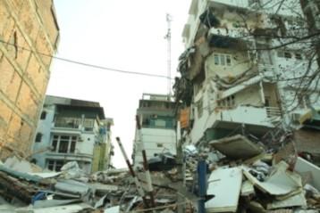 Nhà năm tầng sập tan tành đã bị nghiêng từ trước