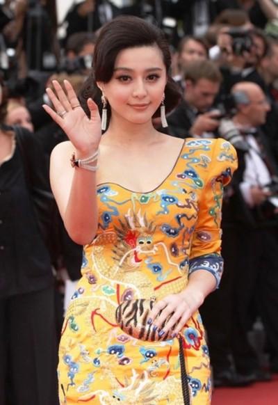 Phạm Băng Băng mặc váy rồng phượng tại Cannes năm ngoái.