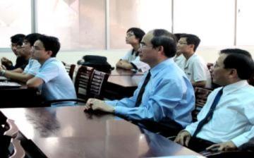 Phó thủ tướng nghe sinh viên tiên tiến thuyết giảng